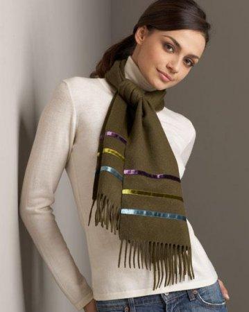 На фото показано, как завязать шарф узлом аскот.