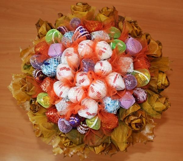 Композиции из цветов с конфетами своими руками
