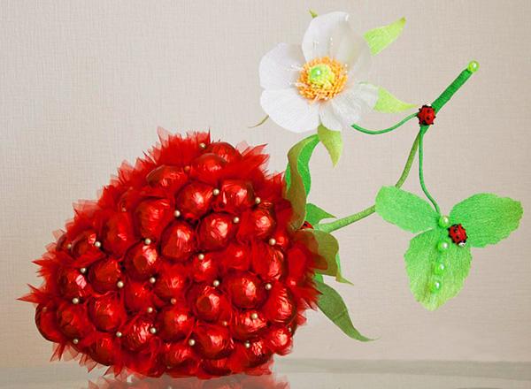Как сделать из конфет ягодку