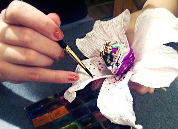 Лилия из гофрированной бумаги своими руками фото