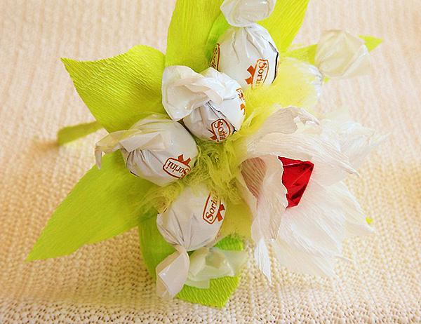 Красивые цветы из гофробумаги своими руками