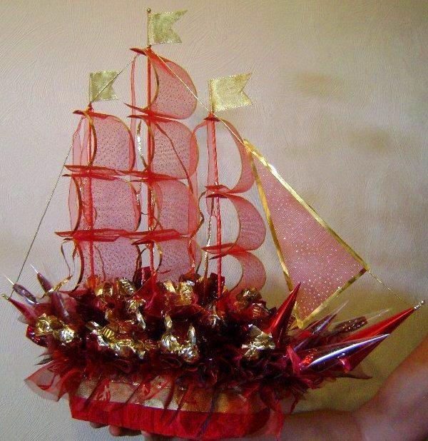 Корабль из конфет с бутылкой на свадьбу фото