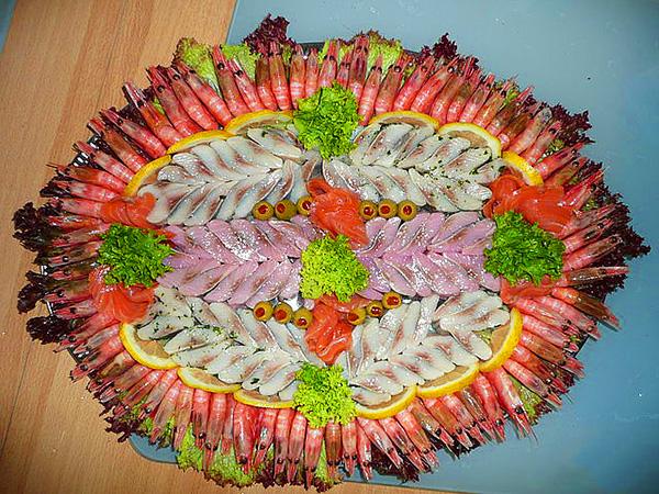 Красивая сервировка новогоднего стола. Подача рыбных изделий