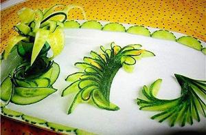 Украшения из огурца Разнообразные интересные украшения можно нарезать из огурца.  При нарезке огурец не должен быть...
