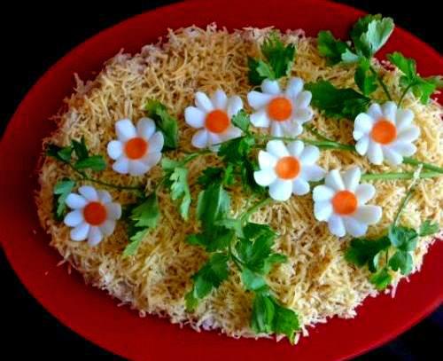 Вот нашла несколько, на мой взгляд, очень симпатичных способов украсить салаты.