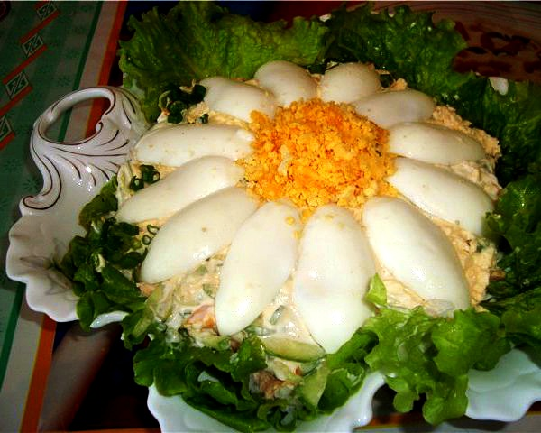 Самое простое и милое украшение салата: блюдо выложить на листья салата или шпината