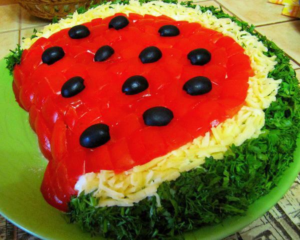 Рецепт салата Арбузная долька состоит из простых ингредиентов, но вкус у него в итоге получается интересный и...