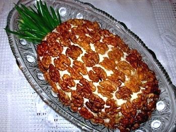 Последний слой салата смазать майонезом и украсить рубленными грецкими орехами и...