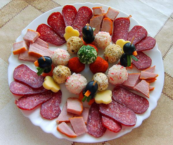 Без нарезок - сырных, овощных, мясных, фруктовых не обходится ни одно застолье.