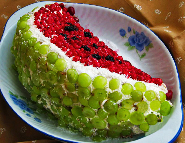 """Торт  """"Долька арбуза """".  Тортик с украшением красной смородиной, ежевикой и зеленым виноградом."""