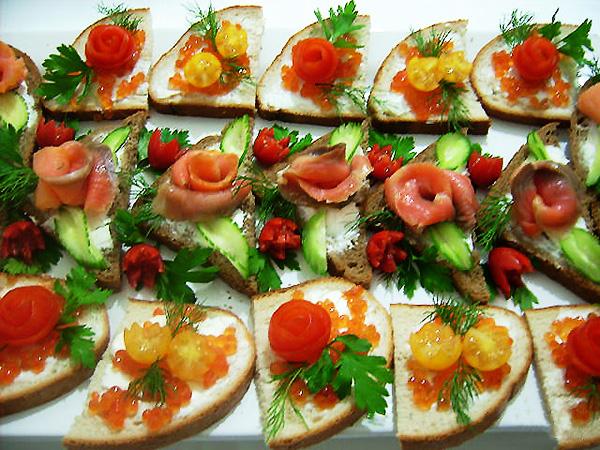 Закуска из помидоров и чеснока и зелени