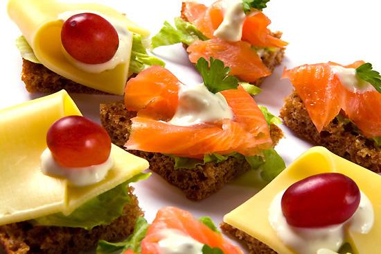 Салат с ветчиной сыром помидором с салатом