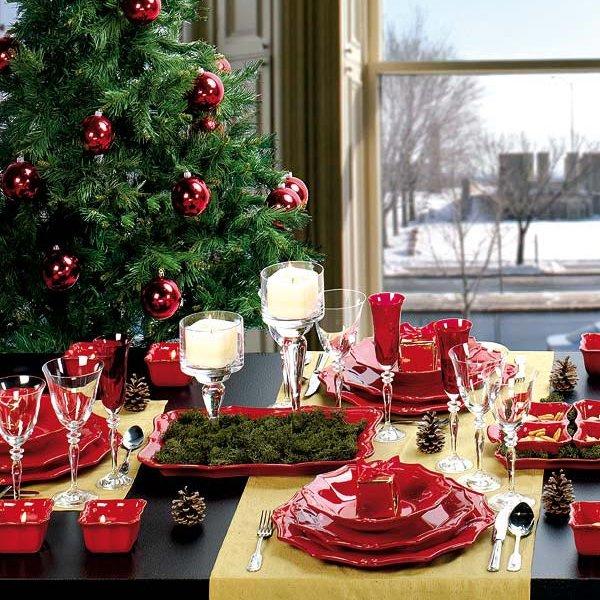 Новый год на улице под елкой. за столом.