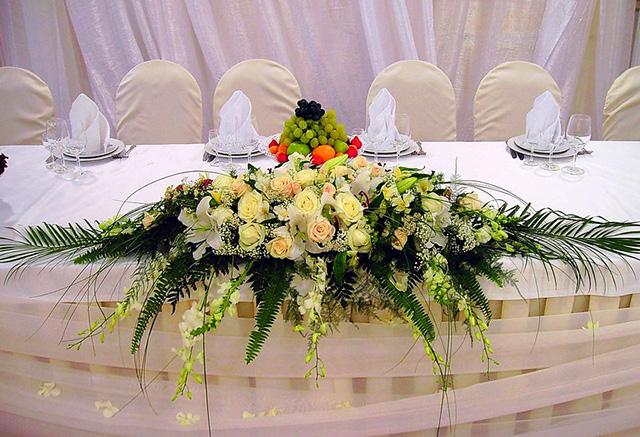 Украшение на стол из цветов